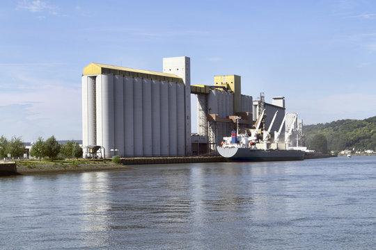 Bateau céréalier dans le port de Rouen