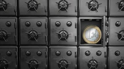 Euromünze in einem offenen Tresor