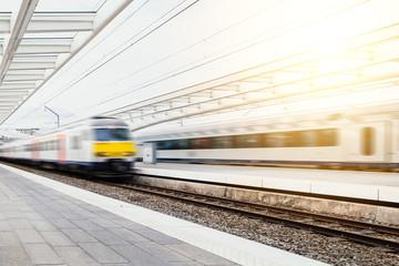 Express Bahnen fahren durch modernen Bahnhof