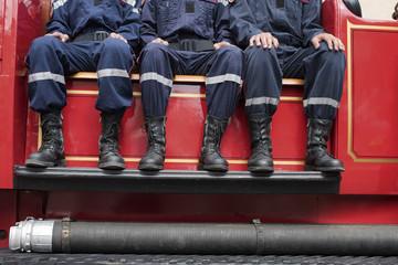 jeunes pompiers sur un camion de collection