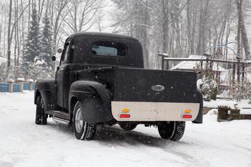 czarny samochód w zimie