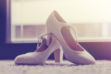 weiße edle Hochzeitsschuhe