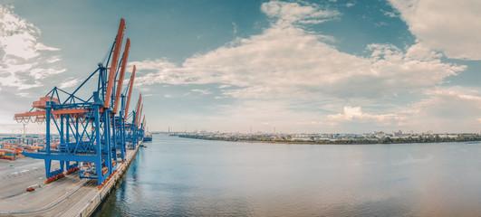 Panorama von einem Containerterminal im Hamburger Hafen