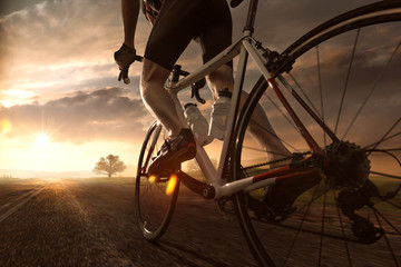 In de dag Fietsen Mann auf Rennrad im Sonnenuntergang