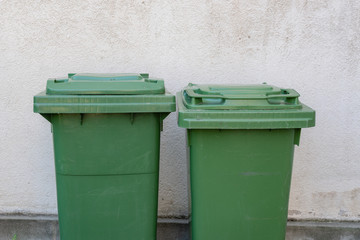 Grünabfall im Garten - Plastikbehälter