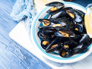 Sauteed mussels with black pepper and lemon. Traditional italian summer dish