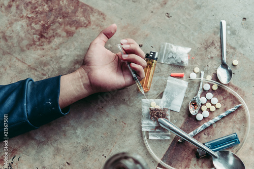 Asian men are drug addicts to inject heroin into their veins