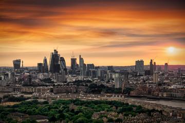 Fotomurales - Sommerlicher, bewölkter Sonnenuntergang über der City und Skyline von London, Großbritannien
