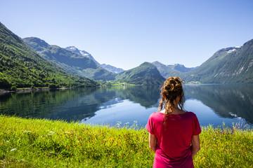 Frau am Fjord