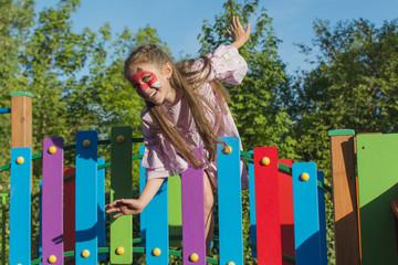 śliczna dziewczynka uśmiecha się na placu zabaw