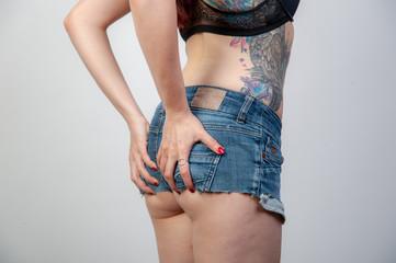 junge frau seitlich rücken po beine in enger knapper jeans