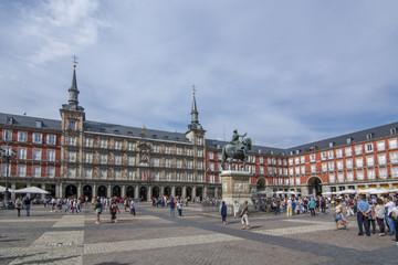 Garden Poster Madrid Estatua de Felipe III y Casa de la Panaderia en Plaza Mayor de Madrid, España