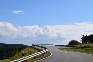 Eifelstraße in die Wolken