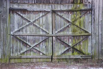 Drewniana brama stodoły