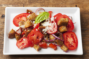 italienischer Brotsalat mit Tomaten