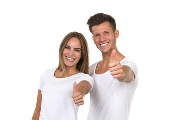 Hübsches junges Paar lacht und zeigt Daumen hoch