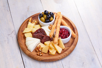 Photo sur Plexiglas Entree cheese plate with olives
