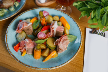 Beef saltimbocca with patatoes and vegetables.