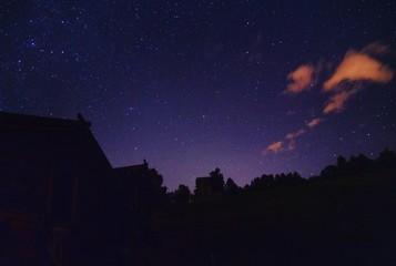 Sterne Himmel mit alten Scheunen in Brüchen in der Schweiz langzeitbelichtung