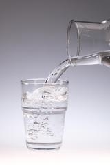 Karaffe in kleines Wasserglas