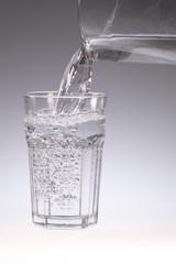 Kanne in grosses Wasserglas