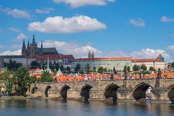 Die Karlsbrücke und der Veitsdom in Prag/Tschechien