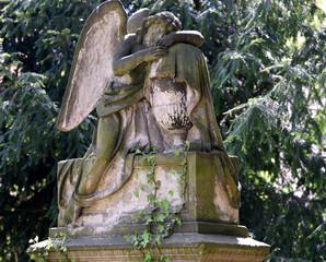 Kniende Engelsfigur mit Flügeln auf dem Friedhof an der Kirche zum Heiligen Kreuz in Zittau