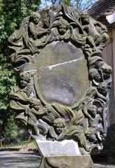 Wundervoll verzierte Grabplatte mit Inschrift auf dem  Friedhof an der Kirche zum Heiligen Kreuz in Zittau
