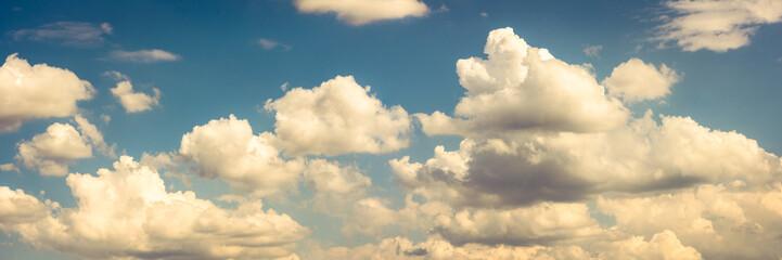 Panorama schöner  Himmel mit Wolken