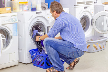 Mann in der Waschküche