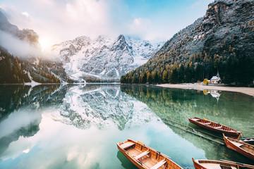 壁紙(ウォールミューラル) - Great alpine lake Braies. Location place Dolomiti, national park Fanes-Sennes-Braies, Italy.