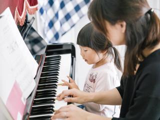 ピアノを練習する女の子
