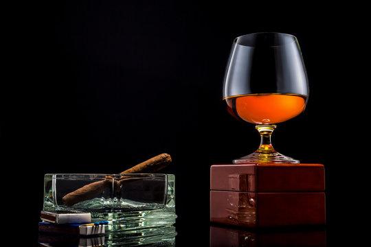 Verre de cognac avec cigare