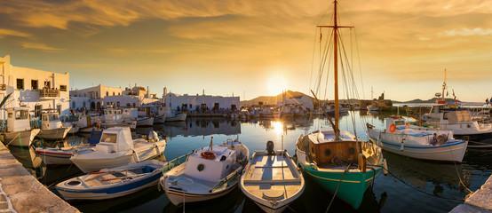 Foto op Plexiglas Poort Panoramablick auf den Hafen von Naousa mit den zahlreichen Bars und Restaurants auf der Kykladeninsel Paros bei Sonnenuntergang, Griechenland