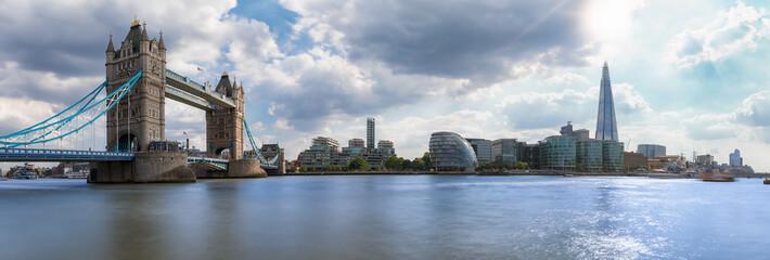 Photo sur Plexiglas Londres Die Skyline von London: von der Tower Bridge bis zur London Bridge an einem sonnigen Tag im Sommer
