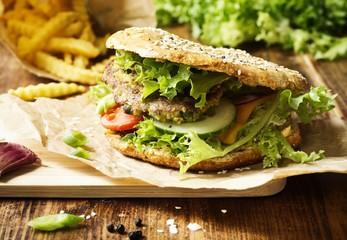 Eiweißreicher vegetarischer Burger aus Erbsen und Linsen im Dinkelvollkorn Brötchen