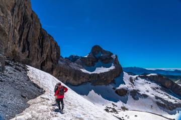Alpiniste sur un glacier au pied du Casque dans le massif de Gavarnie