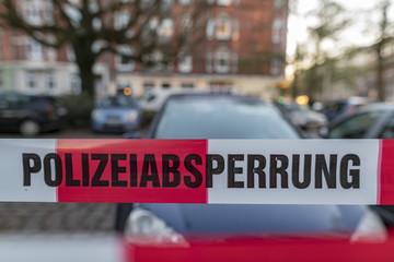 Flatterband der deutschen Polizei  als Absperrung eines Platzes