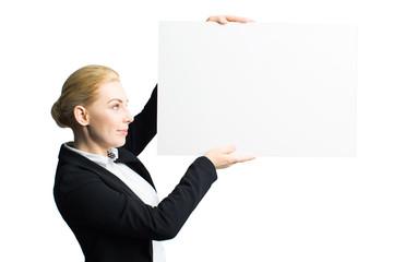 junge Geschäftsfrau mit Werbefläche vor weißem Hintergrund