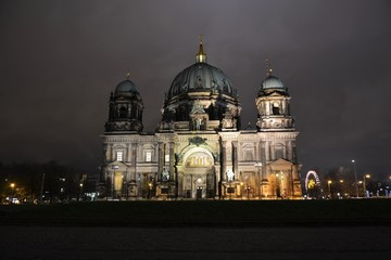 Papiers peints Pleine lune The Cathedral of Berlin at night