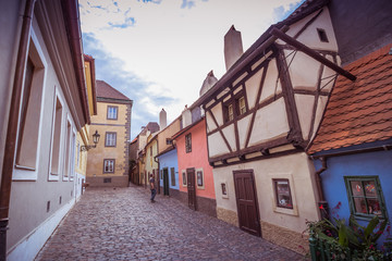 Das Goldene Gässchen (Zlatá ulička) auf dem Areal der Prager Burg in Sommer