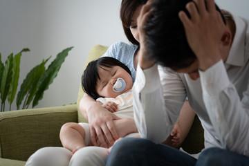 家庭崩壊のイメージ、頭を抱える
