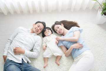 家族イメージ、赤ちゃんと両親、寝る