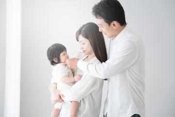 家族イメージ、赤ちゃんと両親