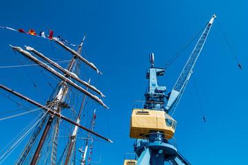Segelschiff und Hafenkran im Stadthafen von Rostock