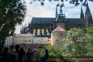 Tourisme, cathédrale et smartphone, à Prague extérieur, Tchécoslovaquie