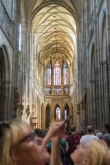 Tourisme, cathédrale et smartphone, à l'intérieur