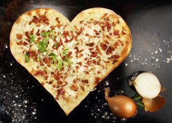 Flammkuchen Herz mit Speck und Zwiebeln