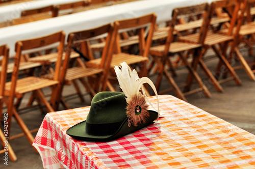 Schützenfest, ein grüner Schützenhut mit Spielhahnfeder auf dem ...