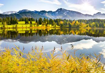 Panorama Landschaft in Bayern mit Alpen im Allgäu und Spiegelung im Forggensee